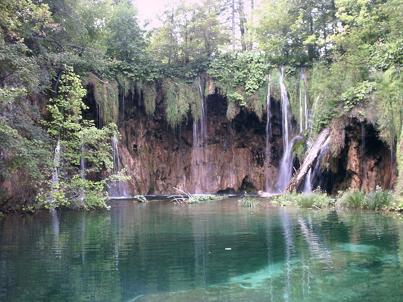 800px-Wasserfall_Plitvicer_Seen